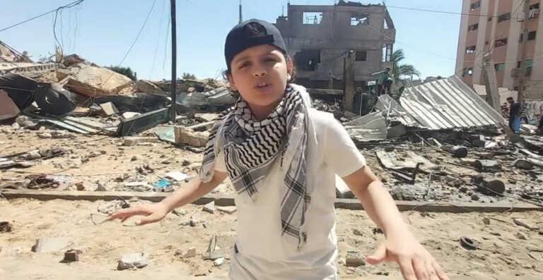 Un rappeur Palestinien de 12 ans reprend Eminem au milieu des décombres ! (Vidéo)